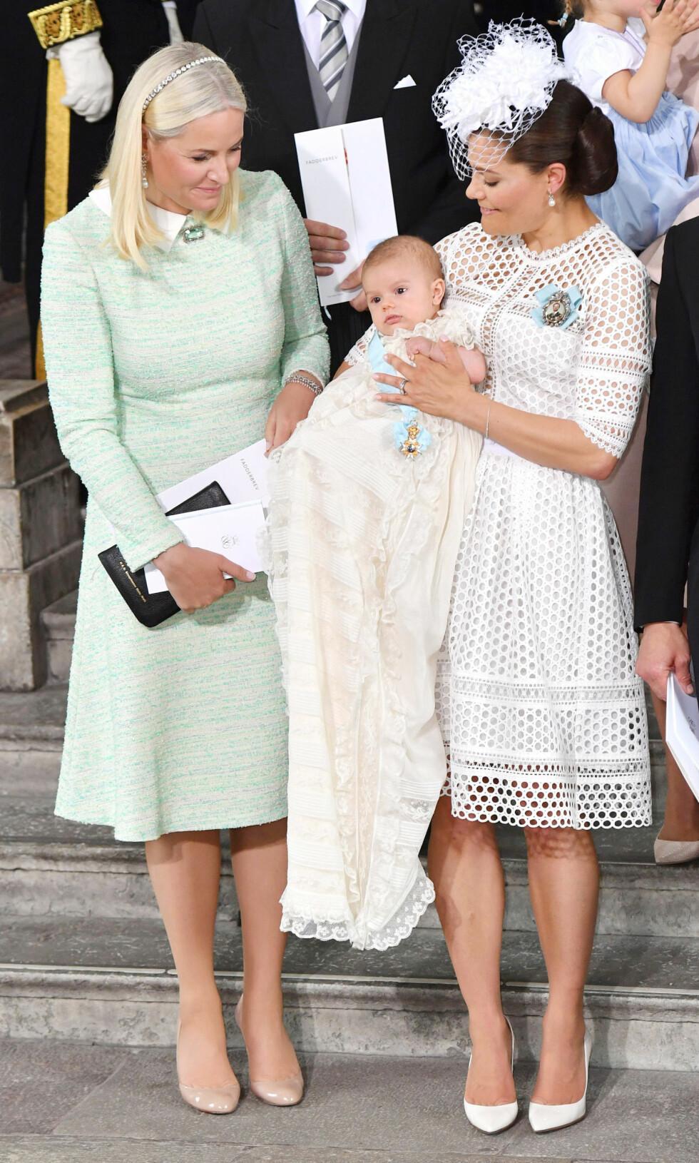 GUDMOR: I mai i år hadde kronprinsesse Mette-Marit fått det ærefulle oppdraget med å være prins Oscars fadder. Da stilte hun i en kledelig mintgrønn kjole. Foto: NTB Scanpix