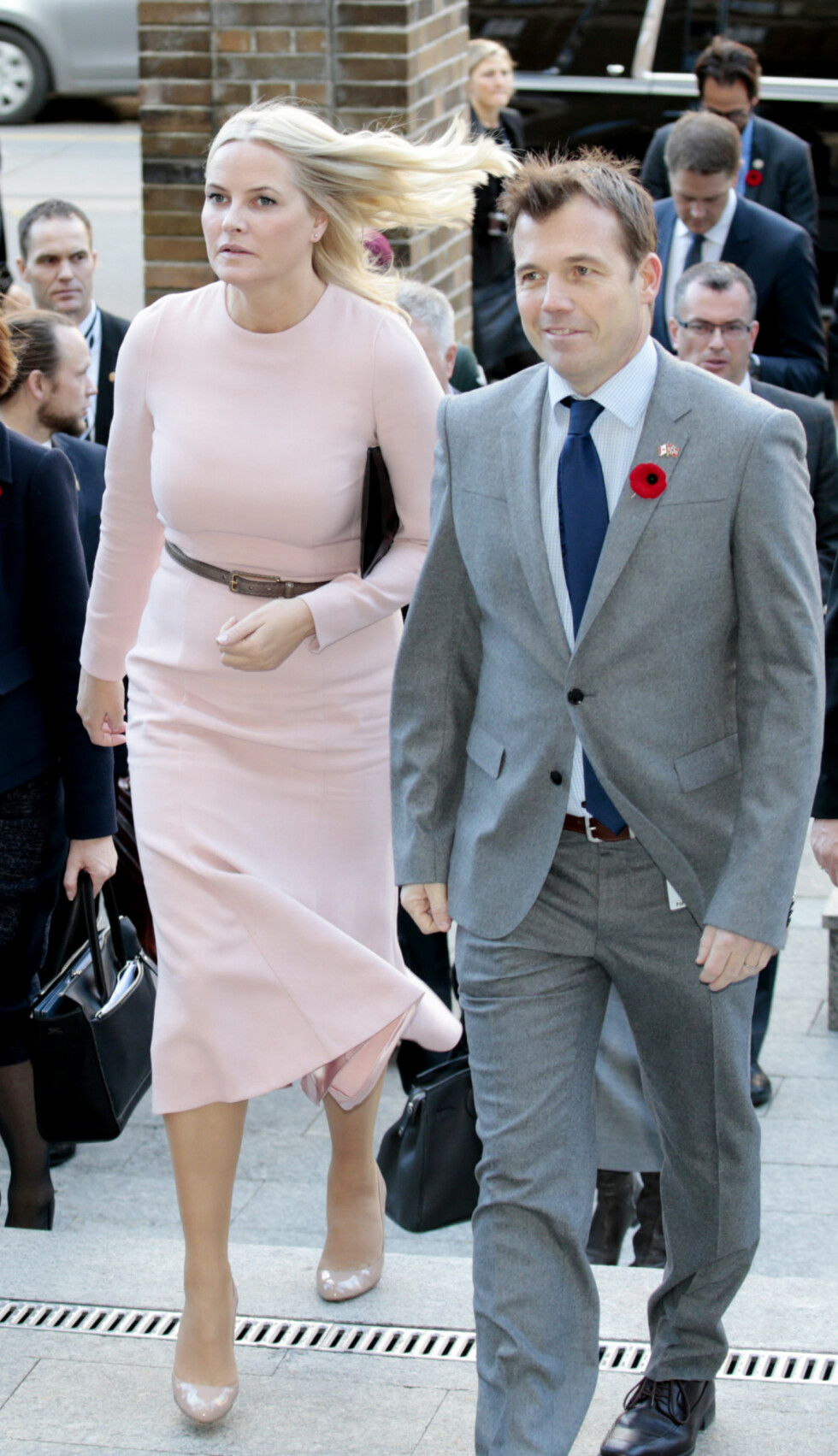 I VINDEN: Da kronprinsesse Mette-Marit og Pål T. Næss fra Innovasjon Norge ankom MaRs Centre i Toronto i Canada i november var kronprinsessen ikledd en kledelig pudderfarget kjole. Det enkle er ofte det beste! Foto: NTB Scanpix