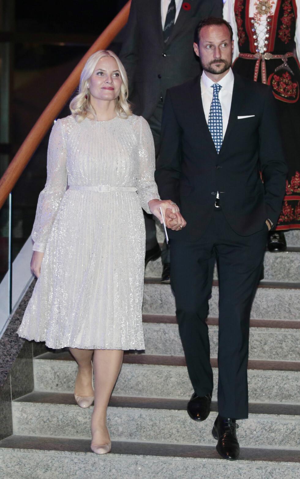 GLITRET: Nok et antrekk fra da kronprinsparet besøkte Canada i november. Her i en enkel, men glitrende kjole fra det britiske designmerket Erdem - Mette-Marit, du ser fantastisk ut! Foto: NTB Scanpix