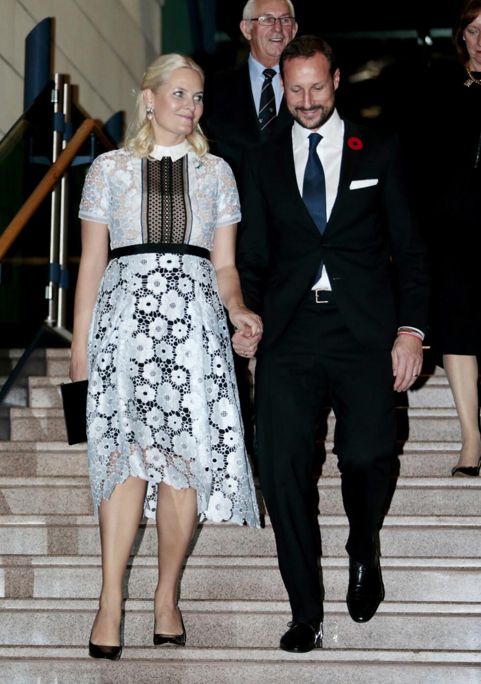 BLONDER: Vi kan konkludere med at Canada-turen har vært kronprinsessens motemessige høydepunkt i 2016. Nok et kledelig antrekk på vår flotte kronprinsesse. Ingen tvil om at kronprins Haakon har grunn til å være stolt av sin flotte kone! Her er de på vei inn til et arrangement i St. Johns.  Foto: NTB Scanpix