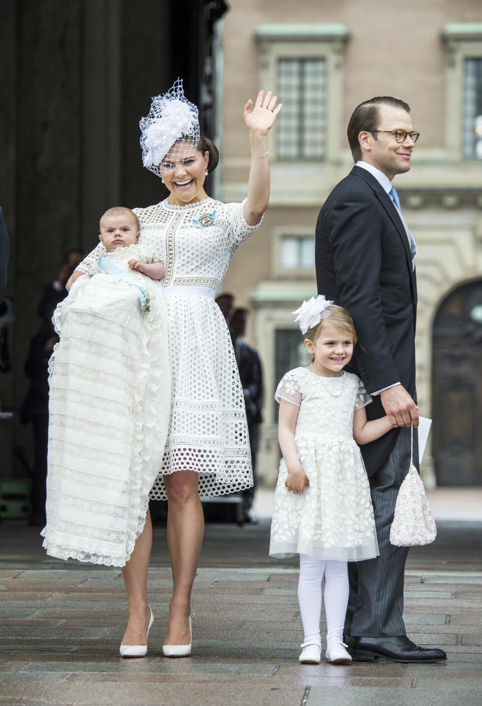 HVITT PÅ HVITT: Kronprinsesse Victoria og datteren Estelle matchet dåpsbarnet prins Oscar under dåpen i mai.  Foto: NTB Scanpix