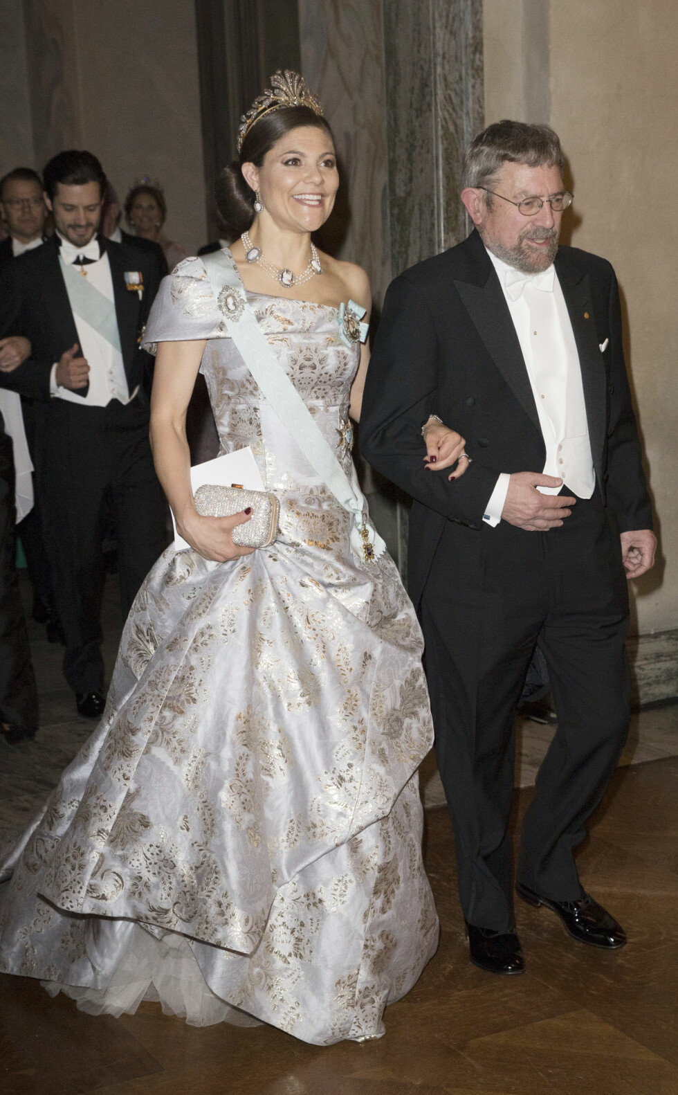 BILLIG LUKSUS: Kronprinsesse Victoria var ikledd en spesialdesignet kjole fra svenske Hennes & Mauritz under Nobelbanketten i Stockholms stadshus i desember. Her med J. Michael Kosterlitz, som ble tildelt nobelprisen i fysikk i 2016. Foto: NTB Scanpix