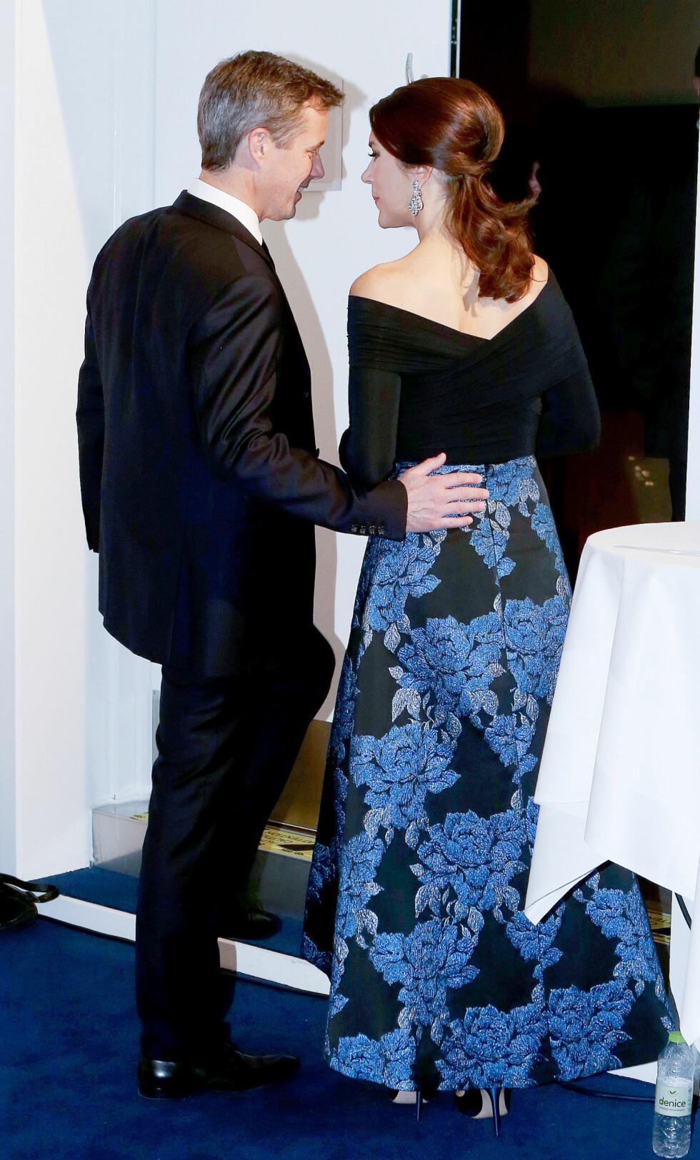 FORELSKET: Kronprins Frederik av Danmark fikk ikke nok av sin flotte kone Mary. Her forlater de den årlige prisutdelingen i  Musikteatret Holstebro i oktober. Foto: NTB Scanpix