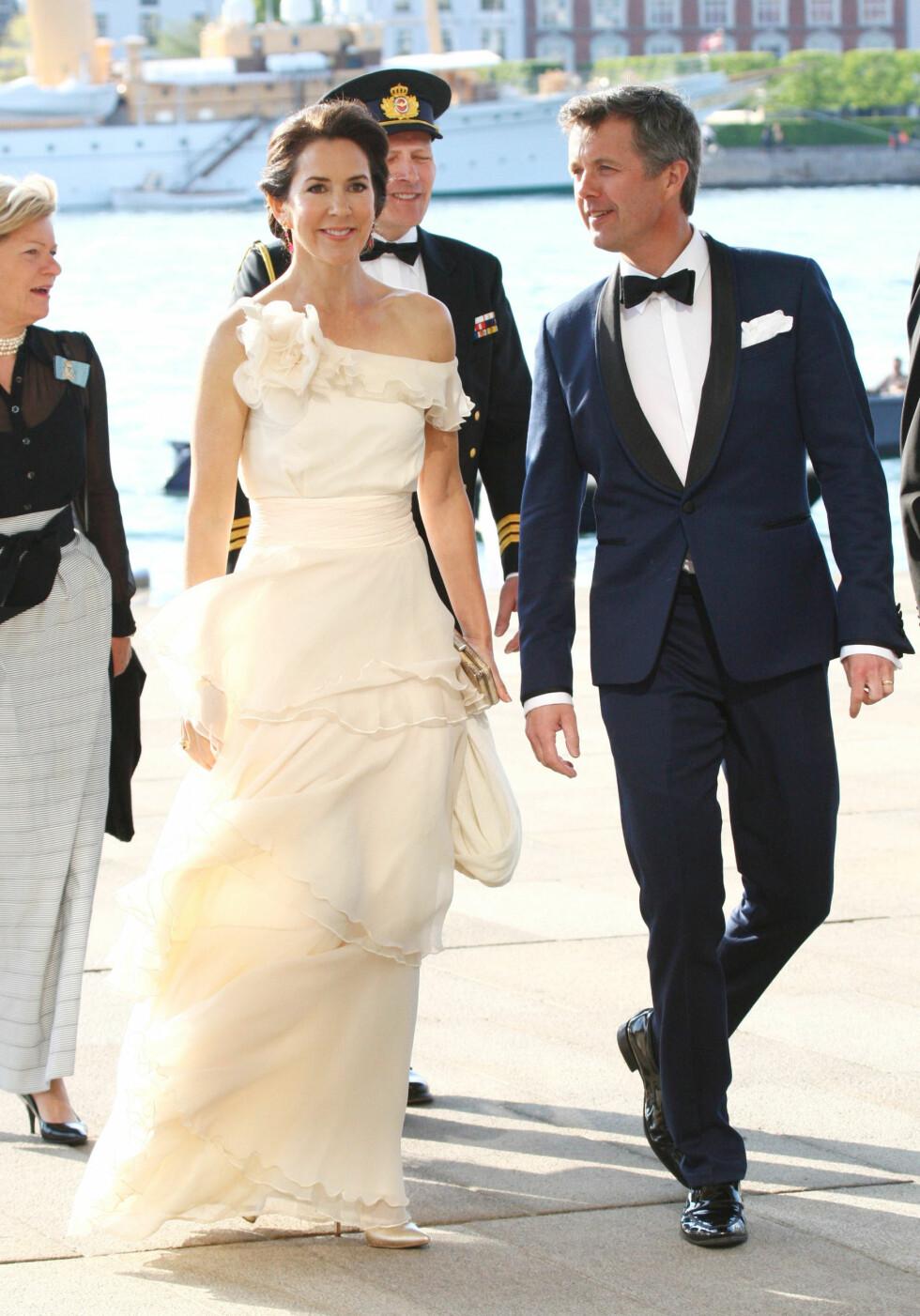 WOW!: Kronprinsesse Mary så helt fantastisk ut da Den kongelige danske yachtklub arrangerte 150-årsjubileum i operaen i København i mai. Skulle nesten tro at Mary og Frederik var på vei til sitt eget bryllup, si! Foto: NTB Scanpix