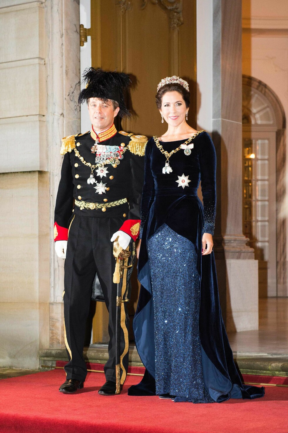 MED PÅ MOTENE: I 2016 har fløyel vært det store på motefronten - og kronprinsesse Mary var tidlig ute! Allerede i januar dukket hun opp i en fantastisk mørkeblå fløyelskreasjon under den årlige nyttårsfeiringen  på Amalienborg slott. Det skal sies at hun to år før, under samme arrangement, også dukket opp i en kjole av fløyel - da i en burgunderfarget variant. Foto: NTB Scanpix