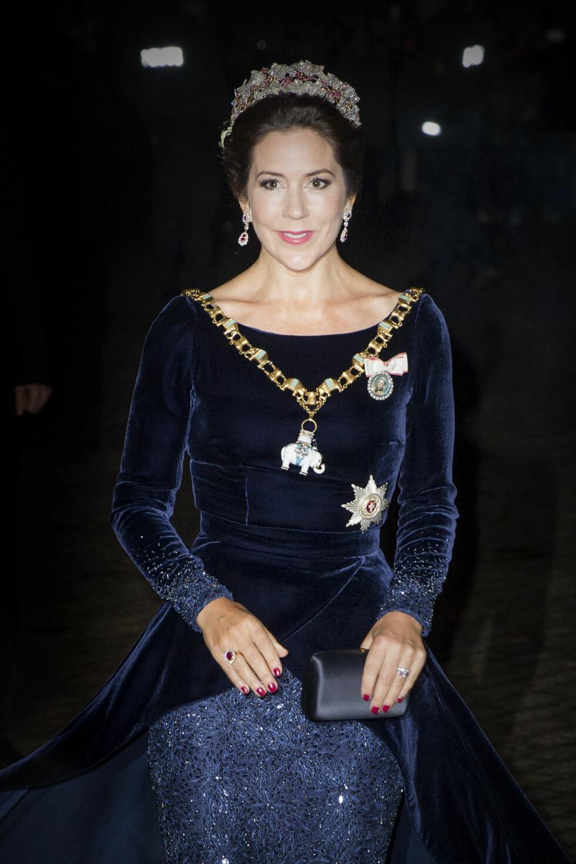 FLAWLESS: Kronprinsesse Mary matchet sitt mørkeblå fløyelsantrekk med knallrøde negler - perfekt! Foto: NTB Scanpix