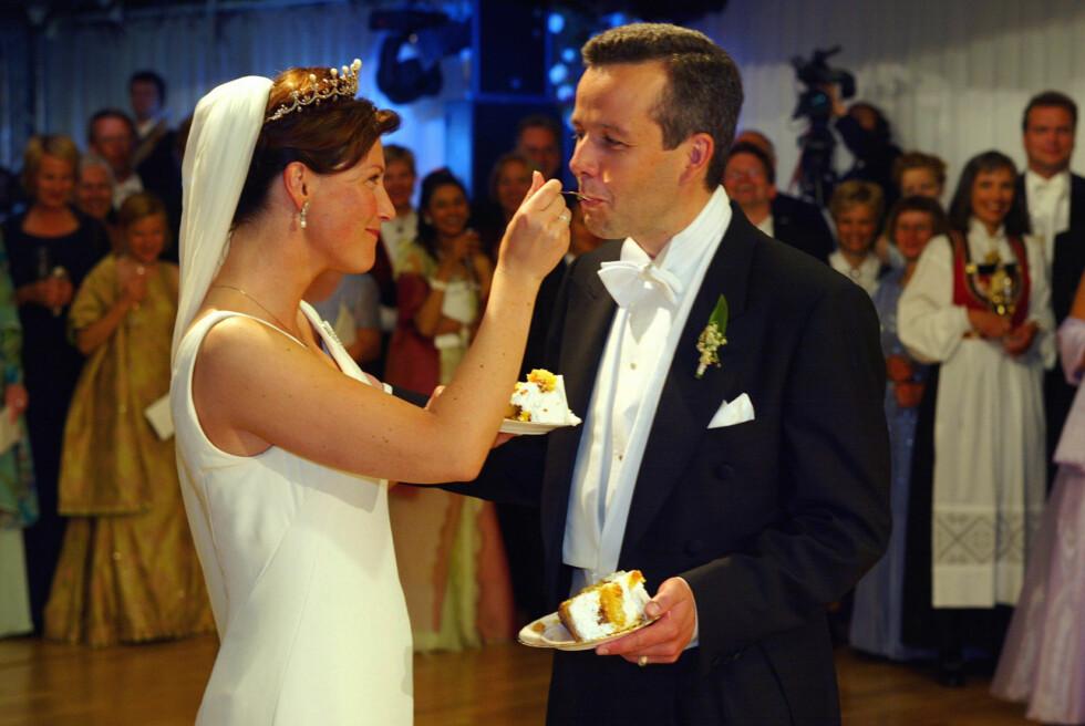IDYLL: Det var som tatt ut i fra et ekte eventyr da prinsesse Märtha giftet seg med forfatter Ari Behn i Nidarosdomen fredag 24. mai 2002. Men 14 år og tre døtre senere var skilsmissen et faktum. Foto: NTB Scanpix