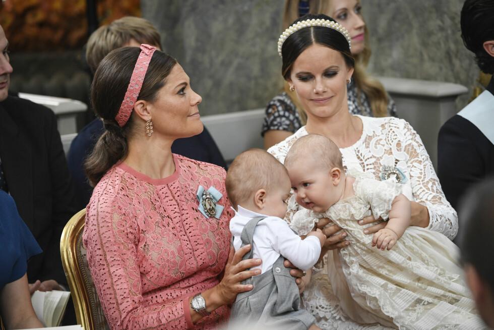 KONGEHUSET: Vi ble megasjarmert av nærkontakten mellom prins Oscar og dåpsbarnet prins Alexander under dåpen i september! Her er de to guttene på mødrene kronprinsesse Victoria og prinsesse Sofias fang. Foto: NTB Scanpix