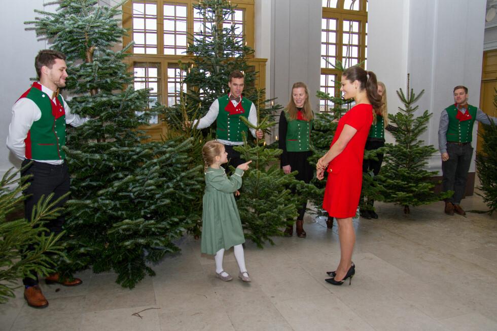 <strong>JULESTEMNING:</strong> Prinsesse Estelle og mamma kronprinsesse Victoria av Sverige tok imot juletrær levert av studenter ved Sveriges lantbruksuniversitet (SLU) i midten av desember. Foto:  Foto: H. Garlöv for Kungahuset
