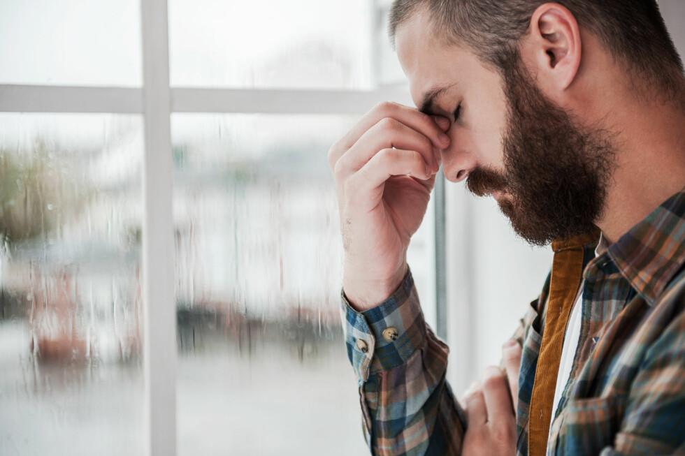 ISOLASJON: Det er ikke uvanlig at man trekker seg unna andre og tenker at man må hvile seg frisk fra depresjonen, men dette er ikke alltid så lurt. Foto: Shutterstock / g-stockstudio