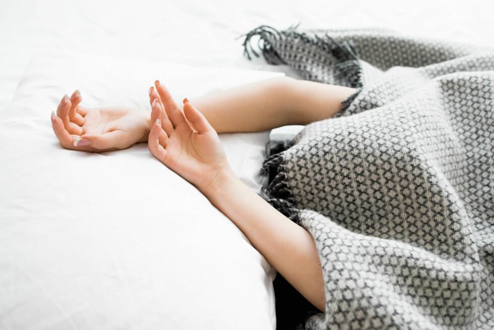 INAKTIVITET: Jo mer man er alene for seg selv hjemme, jo verre vil det kunne bli. Sørg derfor for å holde både kropp og sinn i aktivitet. Foto: Shutterstock / Golubovy