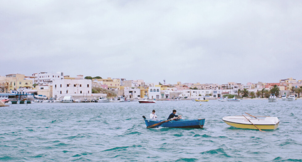 HAVET BRENNER: Hvis du skal se én dokumentar om menneskene på flukt over Middelhavet, er det denne. Foto: Filmweb/Arthaus