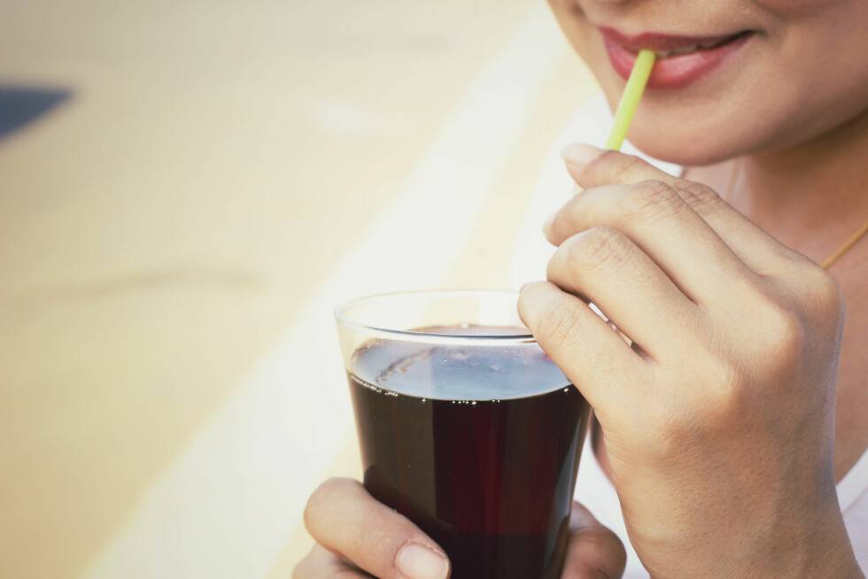 <strong>DRIKKER FOR MYE BRUS:</strong> Selv om inntaket vårt av brus har gått ned, drikker vi fortsatt for mye.  Foto: Shutterstock / successo images
