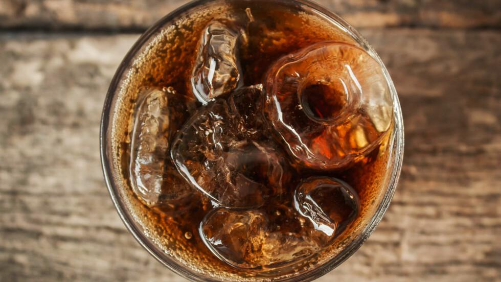 BRUS TIL MATEN: Drikker du brus til maten? Ifølge ekspertene er det ikke å anbefale da vi nordmenn har et altfor høyt inntak av søt drikke.  Foto: Shutterstock / nednapa