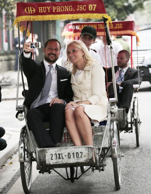 SOM DEG OG MEG: Kronprins Haakon og kronprinsesse Mette-Marit foreviget sykkeltaxi-øyeblikket med en liten selfie da de to var på Vietnam-besøk i 2014.  Foto: NTB Scanpix