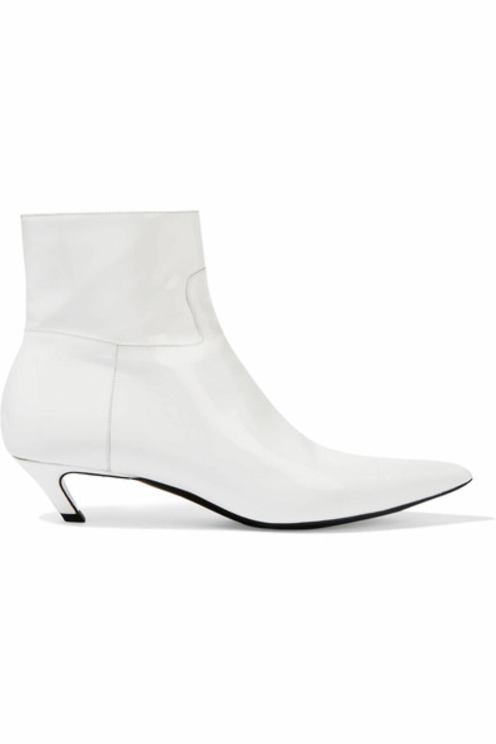 Boots fra Balenciaga via Net-a-porter.com | ca. kr 6500 | https://www.net-a-porter.com/no/en/product/768402/Balenciaga/patent-leather-ankle-boots