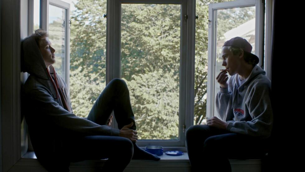 """ÅPEN OM EGEN LEGNING: Eksperter sier at mange opplever at det ikke er noe problem å være åpen om egen legning, akkurat som i NRK-serien """"Skam"""".  Foto: NRK."""