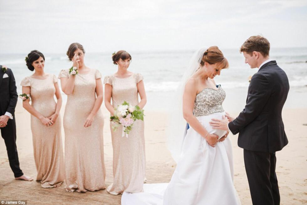 LYKKELIGE: I januar i år giftet det australske paret seg på stranden, og det var fotograf James Day som var hyret inn for å ta bryllupsbildene. 23. mars fikk han et nytt oppdrag av familien McLean - dokumentere deres siste timer med lille Edison. Foto: © James Day