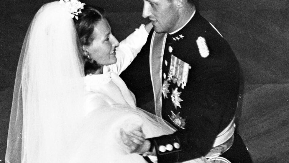 ENDELIG GIFT: 9 år gikk det før de fikk hverandre og kronprins Harald endeig kunn by opp Sonja til brudevals. Foto: NTB Scanpix