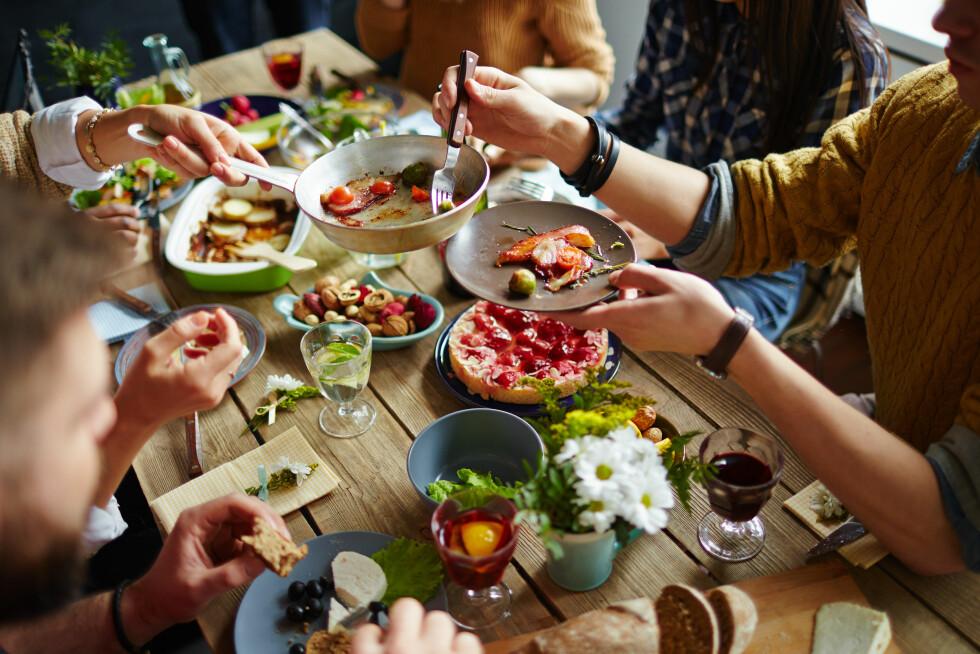 MIDDAG: Visste du at vi mennesker har likt å spise sammen siden tidenes morgen? Foto: Shutterstock / Pressmaster