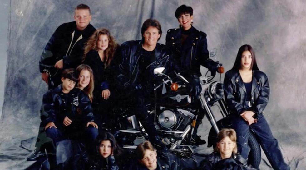 MIDTEN AV 90-TALLET: Da Bruce Jenner fikk en Harley til jul, måtte selvfølgelig hele gjengen posere med den. Får litt «Hjemme alene»-følelse over dette bildet.  Foto: Xposure