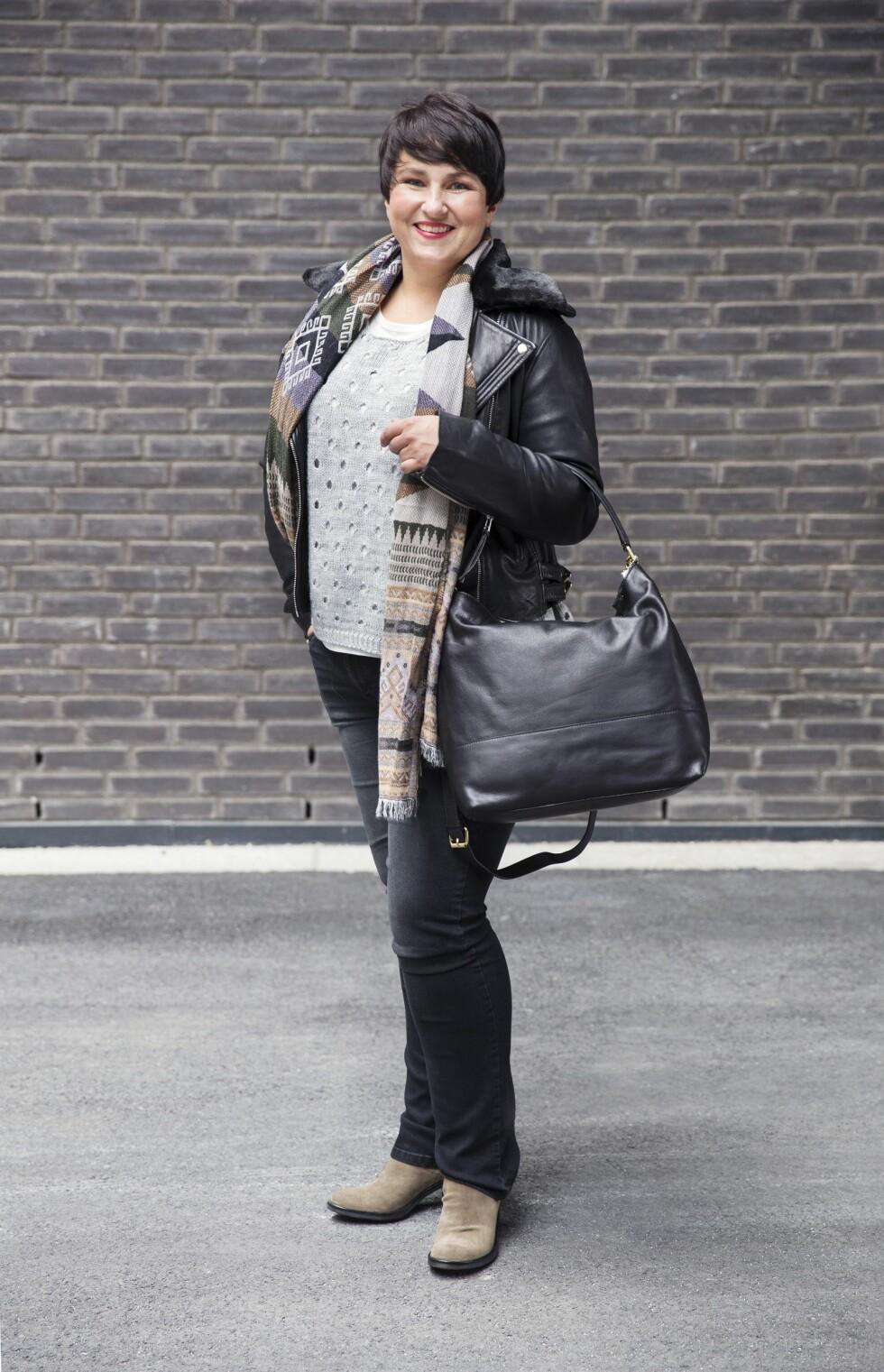 KLAR FOR JOBB: Skinnjakke (kr 3999, Anemone/Fashion & Brands), jeans (kr 499), t-skjorte (kr 199), genser (kr 499) og skjerf (kr 299, alt fra Mappstore). Støvler (kr 2199, Shoe+Shoe) og veske (kr 799, Lindex). Det er både kult og komfortabelt at strikkejakken eller genseren henger nedenfor skinnjakken. Foto: Yvonne Wilhelmsen