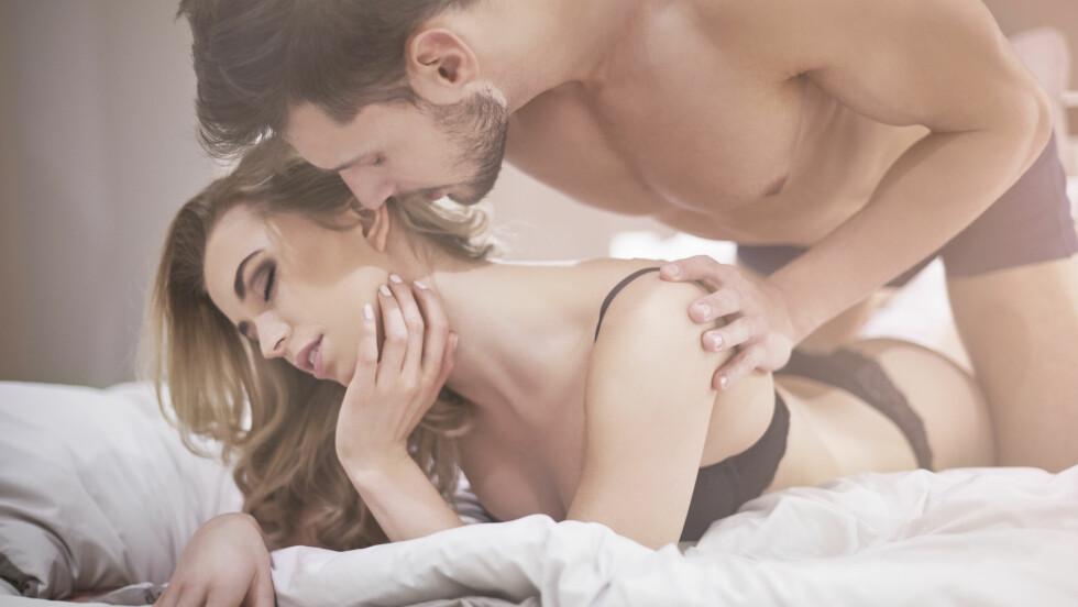 FORNØYD? Kvinner setter ikke pris på absolutt alt gutta gjør i senga - her er fire typiske ting vi irriterer oss over. Foto: Shutterstock / gpointstudio