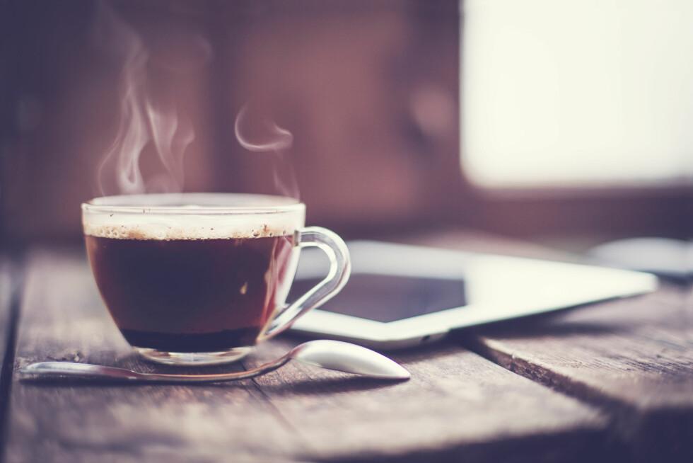 EN SORTE KOPPEN: Kroppen blir vant til å innta koffein, og det gjør at du må drikke mer av det for å få samme oppkvikkende effekt som du fikk i starten. Men da kan du risikere å få negativ effekt av koffeinet samtidig. Foto: Shutterstock / iravgustin