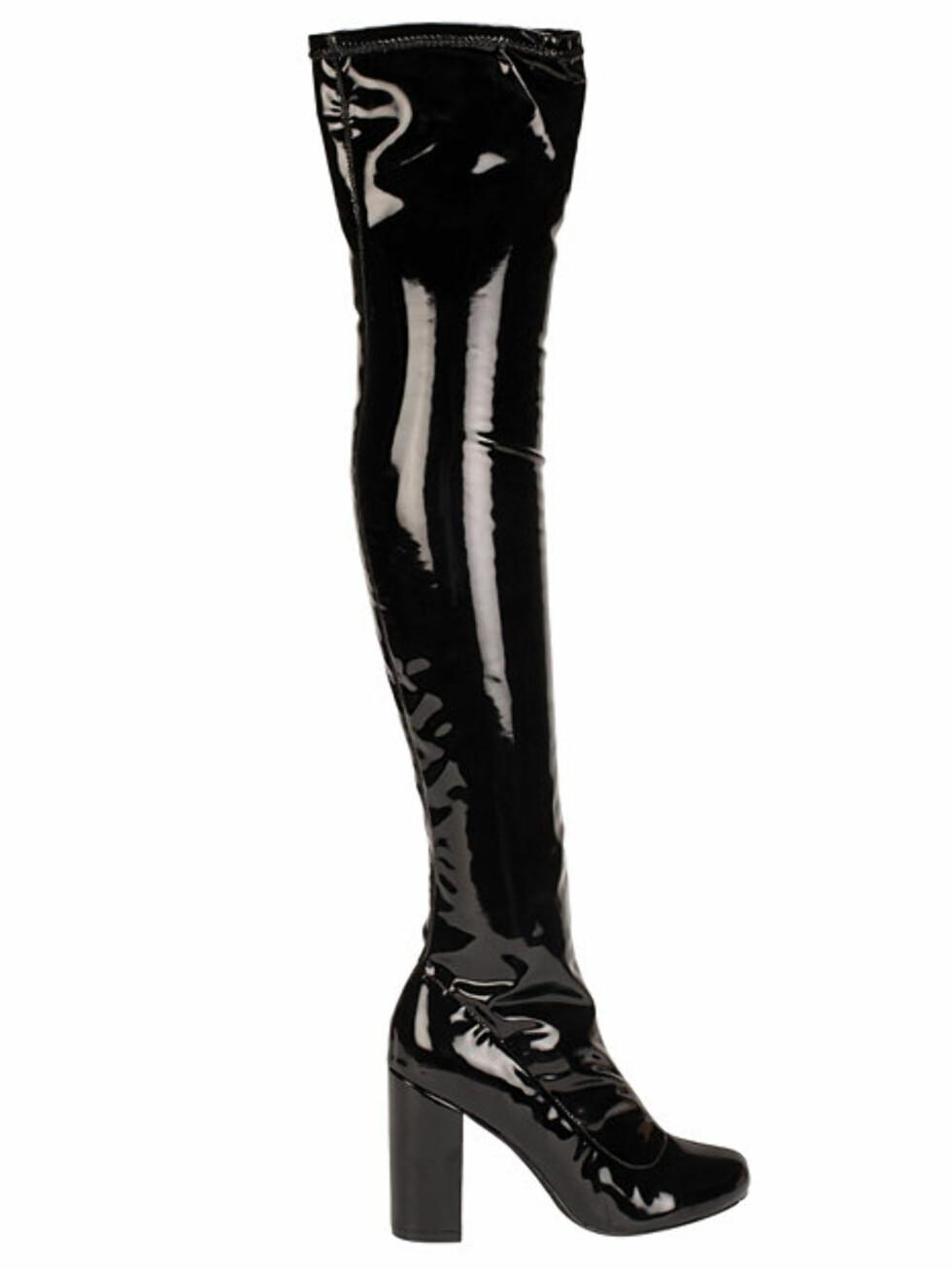 Lakk støvletter fra Nelly | kr 599 | http://nelly.com/no/kl%C3%A6r-til-kvinner/sko/boots-booties/nly-shoes-427/patent-thigh-high-boot-429562-14/