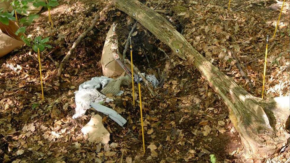 LEVENDE BEGRAVET: Her ser du restene av pappesken som Michelina var plassert i og stedet der hun ble begravd.  Foto: NTB Scanpix
