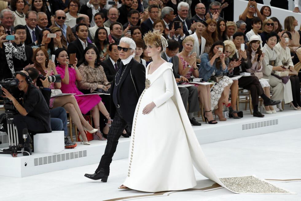 <strong>CHANEL:</strong> Karl Lagerfeld spaserer ned catwalken med høygravide Ashleig Good. Foto: Reuters