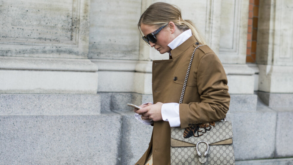 BLACK FRIDAY: Hvorfor stå i kø i timesvis når du kan shoppe rett fra telefonen? Foto: Rex Features