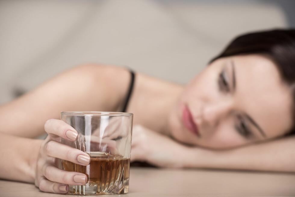 ALKOHOL OG STRESS: Ny forskning antyder at å ty til alkohol når man er stresset kun gjør situasjonen verre. Foto: Shutterstock / VGstockstudio