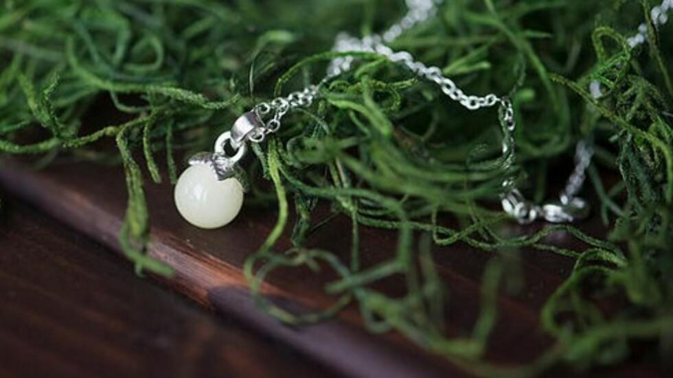 MORSMELK: Hva med et smykke med en perle laget av din egen morsmelk?  Foto: Mammasliquidlove.com