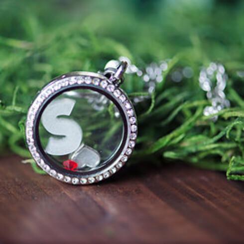 SMYKKE AV MORSMELK: Du kan få et smykke med initialene til barnet ditt.  Foto: Mammasliquidlove.com