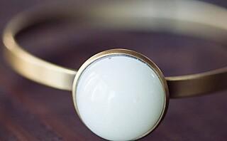 Nå kan du få et smykke laget av din egen morsmelk