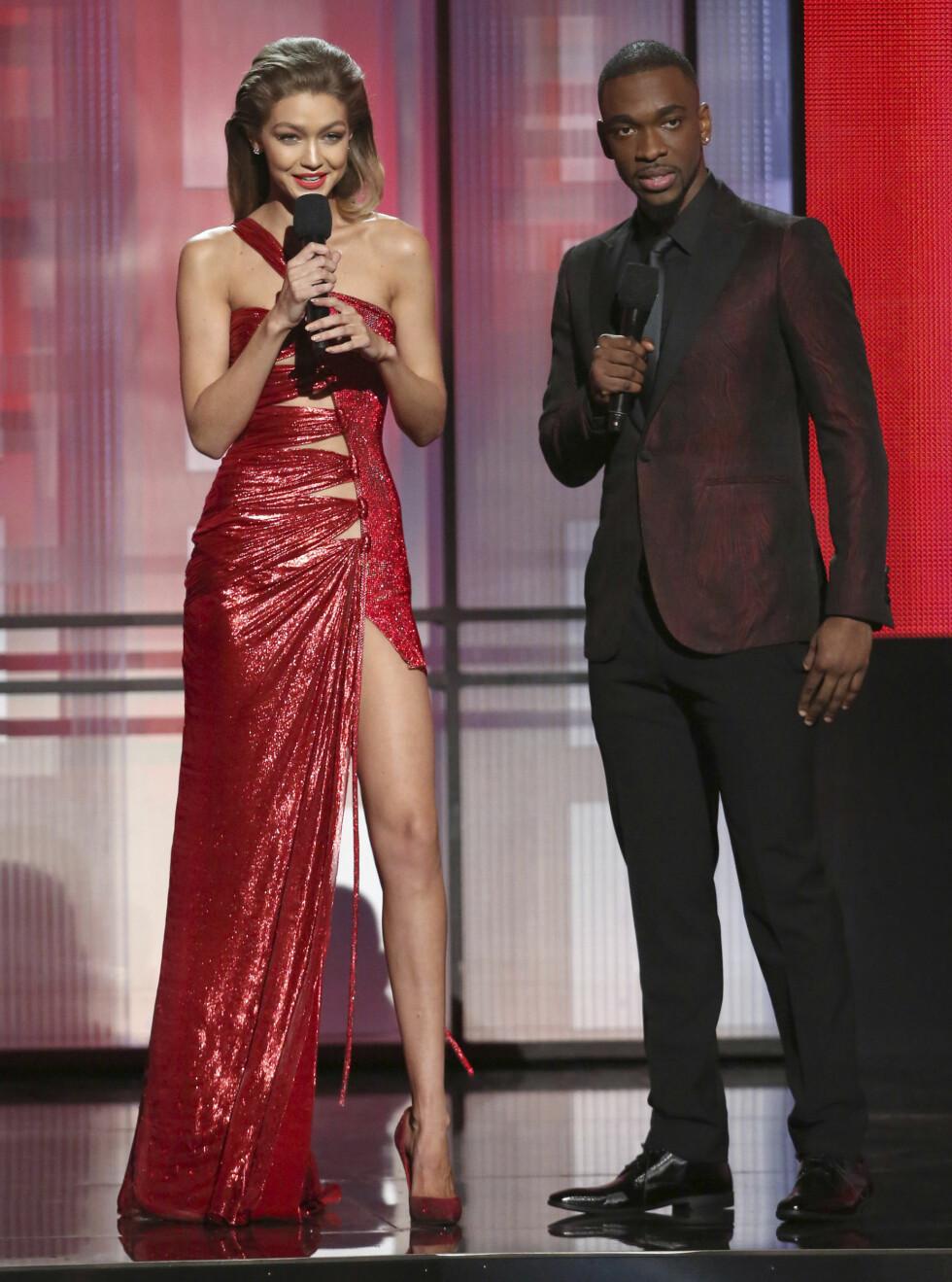 KVELDENS VERTER: Jay Pharoah fra Saturday Night Live og supermodell Gigi Hadid var årets verter under American Music Awards. Foto: Ap