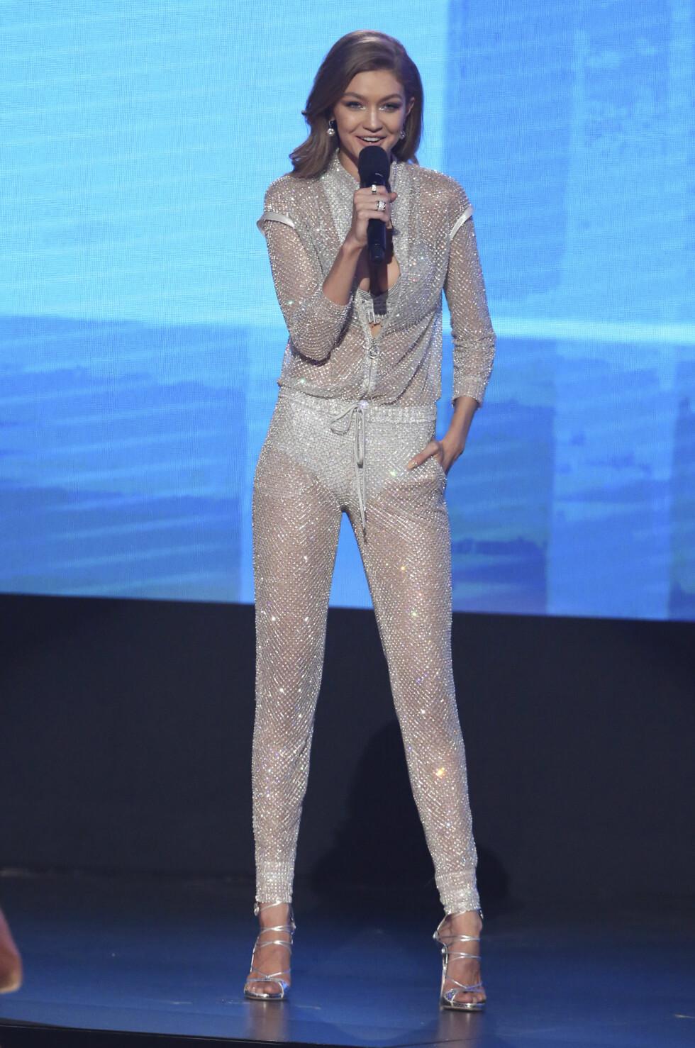 VERSACE: Ikke overraskende stilte Hadid i to antrekk fra Versace. I tillegg til denne jumpsuiten var også den røde kjolen fra det italienske merket. Foto: Ap