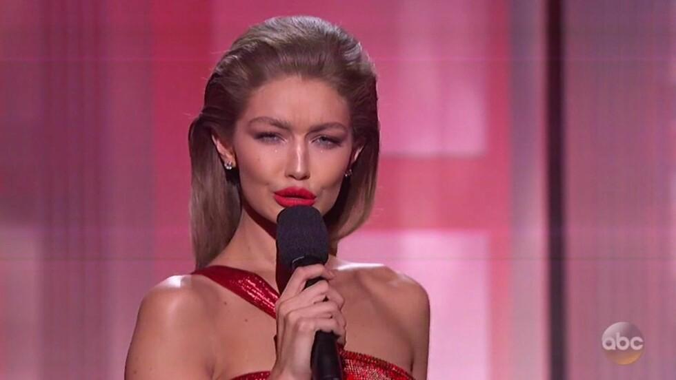 GIGI HADID: Supermodellen etterlignet USAs nye førstedame Melania Trump under nattens American Music Awards. Det ble ikke så godt tatt imot. Foto: Xposure