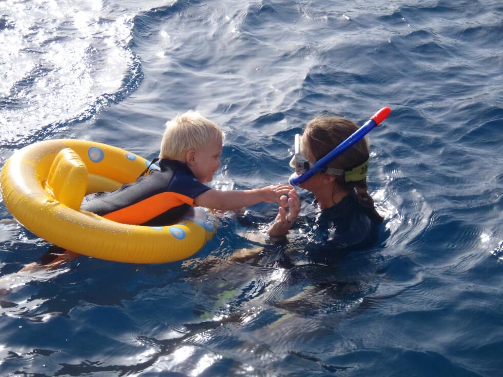 MYE BADING: Det ble mye bading fra båten. Her er Marius (1 ½)  og Heidi på St John, Karibia, i 2012. Foto: Privat