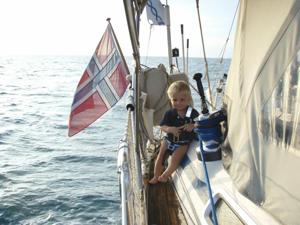 FØDT I AUSTRALIA: Eirik (1) ble født i Australia. Her underveis langs Great Barrier Reef. Foto: Privat
