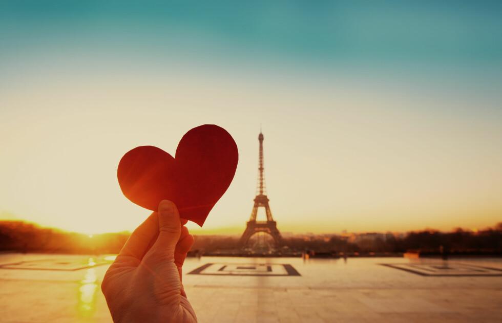 PARIS: Siden 90-årene har frieriene blitt langt mer romantiske og storslåtte. Å fri på en feriereise til Paris er slett ikke uvanlig. Foto: Shutterstock / Ditty_about_summer