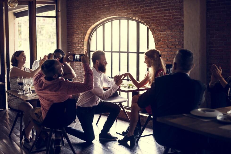 OPPMERKSOMHET: Du bør være ganske trygg på at hun liker oppmerksomhet før du velger et offentlig frieri. Foto: Shutterstock / Rawpixel.com