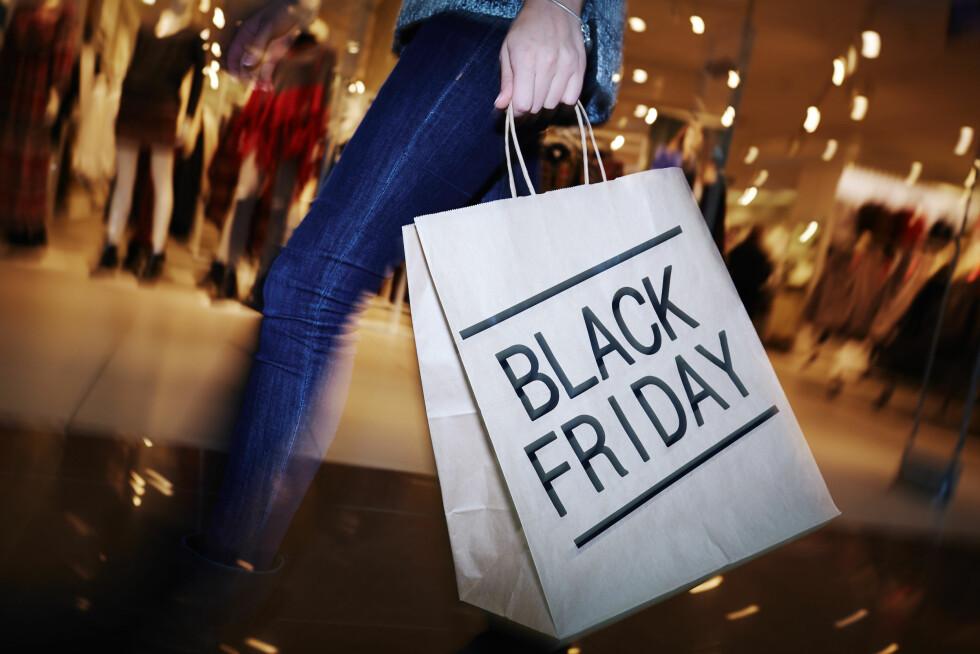 """ÅRETS HANDLEDAG: """"Black Friday"""", som i år var 25. november, er en årlig handledag hvor butikkene lokker med gode tilbud og rabatter. Det kan føre til at mange handler mer enn de trenger. Foto: Shutterstock / Pressmaster"""