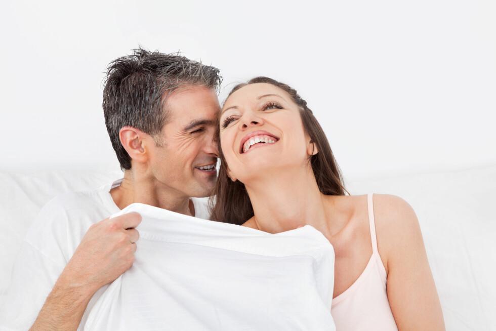 SEXLYST: Ifølge sexolog og parterapeut Charlotte Makboul, kan man gjøre avslapningsøvelser, leke med fantasien og lese erotisk litteratur for å få booste sexlysten.  Foto: Shutterstock / Robert Kneschke