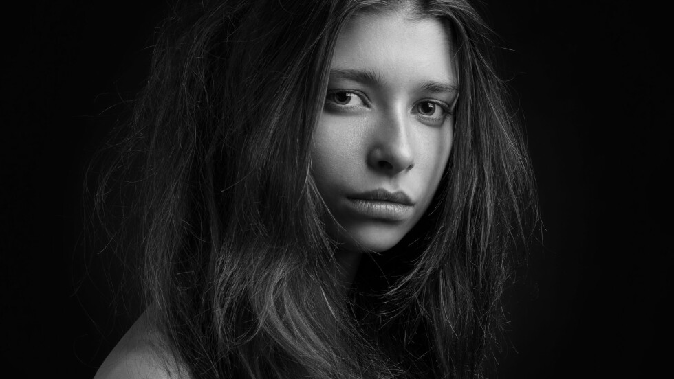 SJENERT OG ENSOM: Ifølge Statistisk sentralbyrå opplever ca. 1 av 4 ensomhet i dag. Eksperter forteller at sjenerte ofte er mer utsatt.  Foto: Shutterstock / Alex Malikov