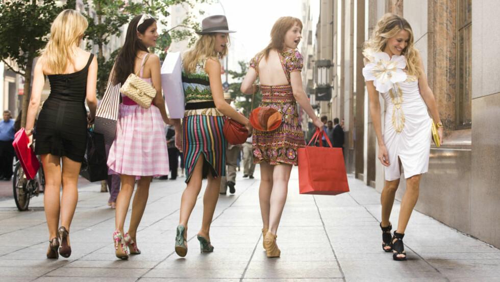MER ATTRAKTIV: Carrie Bradshaw elsket både klær og sko, og vitenskapen sier at høye hæler og kroppsnære kjoler er blant plaggene som skal gjøre deg mer attraktiv! Foto: ZUMA Press