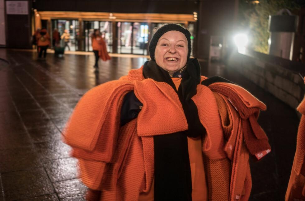 EN GOD GJERNING: 10.000 oransje skjerf har blitt strikket! Foto: Torstein Ihle