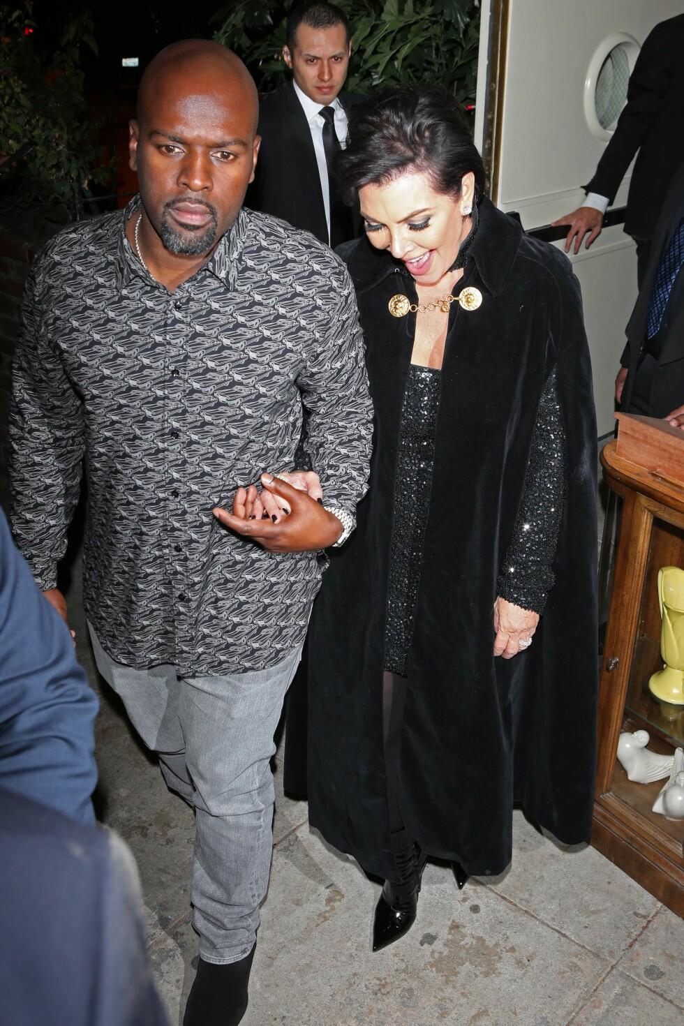FORNØYD: Mamma Kris Jenner smiler fra øre til øre sammen med kjæresten Corey Gamble. Foto: Xposure