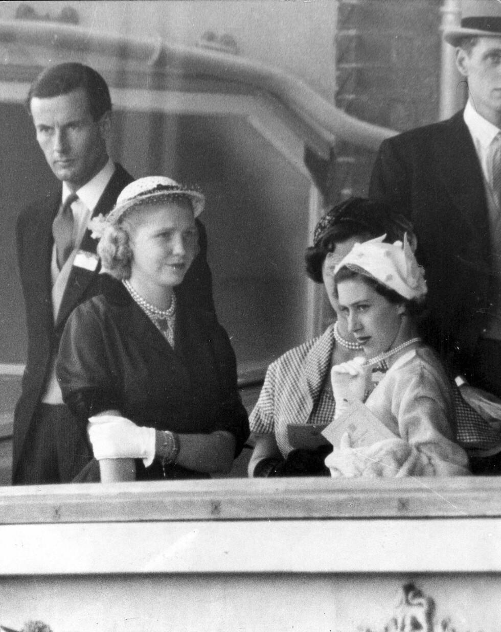 I BAKGRUNNEN: Peter Townsend holdt seg alltid på god avstand fra prinsesse Margaret. De to ble kjent da hun bare var 14 år. Dette bildet er tatt i 1950. Foto: NTB Scanpix